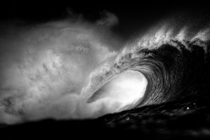 Photo surf. Une vague en noir et blanc